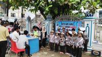 Aksi Polantas cilik mewarnai Operasi Zebra 2018 yang digelar di kawasan Lhoksukon, Aceh. (Liputan6.com/ Rino Abonita)