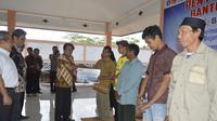 Bupati Banjarnegara, Budhi Sarwono menyerahkan bantuan saluran listrik gratis, program listrik murah bersubsidi. (Foto: Liputan6.com/Kominfo BNA/Muhamad Ridlo)