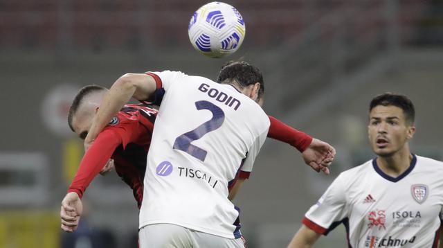 Bek Cagliari, Diego Godin (kanan) menyundul bola saat berebut bola dengan penyerang AC Milan, Ante Rebic pada pekan ke-37 Serie A di San Siro, Senin (17/5/2021) dini hari WIB.  AC Milan gagal menjauh di klasemen Liga Italia usai imbang 0-0 lawan Cagliari. (AP Photo/Luca Bruno)