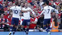 Gelandang Tottenham Hotspur, Christian Eriksen (tengah) berselebrasi usai mencetak gol ke gawang Arsenal pada pertandingan Liga Inggris di stadion Emirates di London (1/9/2019). Arsenal bermain imbang 2-2 atas Tottenham. (AP Photo/Alastair Grant)
