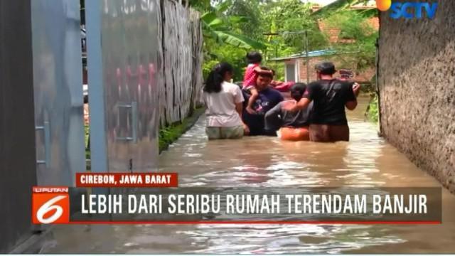 Akibat minimnya ketersediaan perahu karet untuk mengevakuasi korban banjir, warga membawa anak-anak dan lansia dengan cara manual, yakni menggunakan becak.