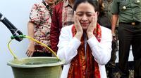 Mentri koordinator bidan Pembangunan Manusia dan Kebudayaan Puan Maharani menyempatkan diri berwudhu di sumur belakang rumah kakeknya Bung Karno saat diasingkan di Bengkulu (Liputan6.com/Yuliardi Hardjo)