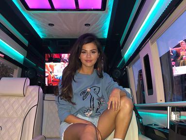 Selena Gomez mengunggah dua buah fotonya di akun Instagram pribadi. Fans pun langsung menyadari ada yang berubah dari tubuh penyanyi tersebut. (instagram/selenagomez)