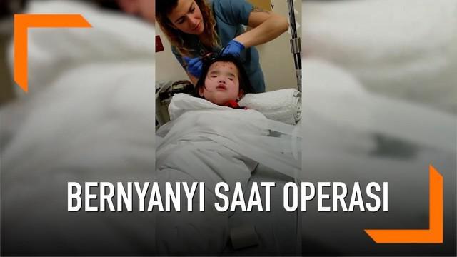 Seorang bocah tunanetra yang akan menjalani operasi pilih bernyanyi untuk menghilangkan rasa takutnya.