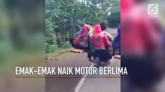 Ada-ada saja kelakuan emak-emak. Kali ini mereka terciduk naik motor berlima.