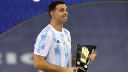 Emiliano Martinez merupakan kiper dengan penampilan solid di bawang mistar gawang Argentina. Ia tercatat pernah menepis tiga kali tembakan pada babak adu pinalti semifinal melawan Kolombia. Ia didapuk menjadi kiper terbaik di ajang Copa America 2021. (Foto: AFP/Nelson Almeida)