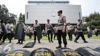 Ratusan personel Brimob disiagakan untuk pengamanan demonstrasi di Balai Kota, Jakarta, Jumat (4/11). Sejak pukul 07.00 WIB terlihat personel kepolisian yang sudah melakukan apel untuk pengamanan unjuk rasa 4 November. (Liputan6.com/Yoppy Renato)