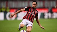 Belum siap dengan kesembuhan, Calhanoglu dipaksa tampil saat AC Milan bertandang ke kandang Real Betis. Alhasil dipertengahan babak kedua, Hakan terpaksa ditarik keluar usai merasakan kenbali cedera yang ia derita. (AFP/Marco Bertorello)