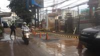 Pipa gas bocor di lokasi bangunan proyek LRT depan Gedung BNN Cawang (Liputan6.com/ Muhammad Radityo)