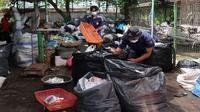 Petugas Bank Sampah menyortir sampah plastik untuk didaur ulang di TPS 3R sehingga dapat mengurangi masalah sekaligus bernilai ekonomi (Foto : Pemkot Malang)