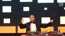 Aksi Dipha Barus menutup panggung XYZ Day Creator Award 2018  di Senayan City, Jakarta, Rabu (25/4). Tak hanya lagu-lagu bernuansa electronic dance music yang dibawakan, Dipha Barus juga menggubah beberapa lagu pop. (Liputan6.com/Immanuel Antonius)