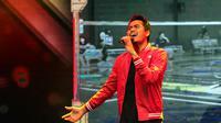 Ganda campuran Indonesia, Tontowi Ahmad, menyanyi di panggung saat peringatan HUT ke-50 PB Djarum. (PB Djarum/Edward Luhukay)