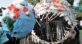 """Karya instalasi """"monster plastik"""" dalam pawai bebas plastik di Taman Aspirasi Monas, Jakarta, Minggu (21/7/2019). Monster plastik berupa rangka berbentuk menyerupai ikan Angler Fish setinggi 4 meter tersebut dibuat dari 500 kg sampah plastik. (merdeka.com/Iqbal S Nugroho)"""