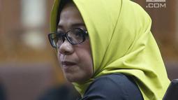 Terdakwa kasus suap PLTU Riau-1, Eni Maulani Saragih saat mengikuti sidang dakwaan di Pengadilan Tipikor, Jakarta, Kamis (29/11). Mantan Wakil Ketua Komisi VII DPR itu didakwa menerima suap sebesar Rp 4,75 miliar. (Liputan6.com/Herman Zakharia)