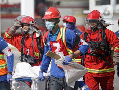 Petugas pemadam kebakaran melakukan simulasi penyelamatan saat kompetisi Fire Safety Challenge di Kantor Dinas Penanggulangan Kebakaran dan Penyelamatan Pemprov DKI Jakarta, Rabu (2/6/2021). Kompetisi ini dilakukan antar Suku Dinas Pemadam Kebakaran. (Liputan6.com/Faizal Fanani)
