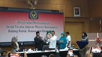Wiranto dan Mahfud MD serah terima jabatan Menko Polhukam.