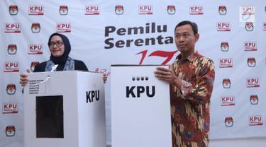 Komisioner KPU RI, Evi Novida GM (kiri) dan Pramono UT menunjukan kotak suara yang akan digunakan pada Pemilu Serentak 2019 di Kantor KPU, Jakarta, Jumat (14/12). Kotak suara tersebut bermaterial karton kedap air. (Liputan6.com/Helmi Fithriansyah)