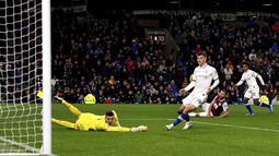 Pemain Chelsea Willian (kanan) mencetak gol ke gawang Burnley pada laga Liga Inggris di Turf Moor, Burnley, Inggris, Sabtu (26/10/2019). Chelsea menang 4-2 dengan Pulisic  mencetak hattrick. (Anthony Devlin/PA via AP)
