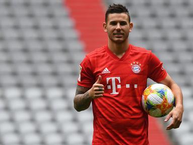 Bek baru Bayern Munchen, Lucas Hernandez berpose saat dirinya diperkenalkan secara resmi di Allianz Arena, Munich, Senin (8/7/2019). Lucas Hernandez menjadi bek termahal di dunia setelah diboyong Bayern Munchen dari Atletico Madrid dengan harga 80 juta euro (Rp 1,2 triliun). (Christof STACHE/AFP)