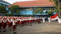 Para siswa di salah satu SD di Kota Jambi khidmat menggelar upacara bendera setiap hari Senin. (Liputan6.com/B Santoso)