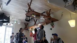 Pengunjung mengamati perabotan yang berada di dalam rumah terbalik di Huashan Creative Park, Taipei, Taiwan, Selasa (8/3/2016). Rumah yang dibangun selama dua minggu dengan biaya USD 600 ribu atau 8 miliar itu menarik banyak wisatawan. (SAM YEH/AFP)