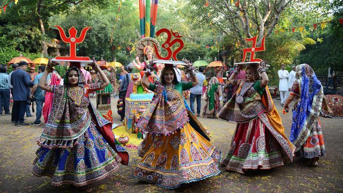 Sejumlah penari wanita dari Panghat Group of Performing Arts berpartisipasi dalam latihan tari 'Garba' menjelang festival 'Navratri' di Ahmedabad (5/10). 'Navratri' atau festival tari dimulai 10 Oktober 2018. (AFP Photo/Sam Panthaky)
