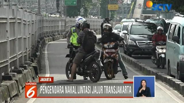 Sejumlah pengendara sepeda motor bahkan dengan nekat memutar arah dan melaju dalam kecepatan tinggi untuk menghindari tindakan tegas polisi.