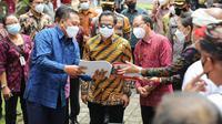 Menteri Dalam Negeri Tito Karnavian (Batik Kuning) didampingi Gubernur Bali, I Wayan Koster (Batik Merah) dan Bupati Gianyar, I Made Mahayastra (Batik Biru) saat meninjau vaksinasi massal di kawasan Ubud, Selasa (23/3/21). (Ist)