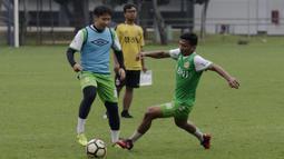 Pemain Bhayangkara FC, Lee Yoo-joon, mengontrol bola saat latihan di Lapangan ABC Senayan, Jakarta, Rabu (13/2). Latihan ini merupakan persiapan Piala Indonesia dan Piala Presiden. (Bola.com/Yoppy Renato)