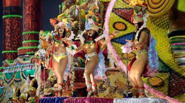 Penari dari sekolah samba Colorado do Bras tampil di atas kendaraan hias saat parade karnaval di Sao Paulo, Brasil (1/3). Karnaval Sao Paulo yang rutin diadakan setiap tahun ini merupakan ajang kompetisi tari samba di Brasil.  (AP Photo/Andre Penner)