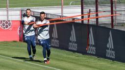 Kiper Bayern Munchen, Manuel Neuer dan Sven Ulreich, saat megikuti sesi latihan di fasilitas pelatihan Bayern Munchen, Jerman, Kamis (16/4/2020). Munchen menggelar latihan dengan cara para pemain ditempatkan dalam kelompok-kelompok kecil dan tetap mempertahankan jarak fisik. (AFP/Christof Stache)