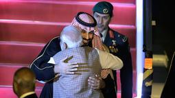 Perdana Menteri India, Narendra Modi menyambut kedatangan Putra Mahkota Arab Saudi Pangeran Mohammed bin Salman di bandara New Delhi, Selasa (19/2). PM Modi menyambut langsung di bandara dan memeluk hangat Putra Mahkota Saudi. (AP/Manish Swarup)