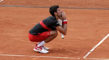 Reaksi petenis Serbia, Novak Djokovic saat melawan petenis Italia Marco Cecchinato pada perempatfinal Prancis Terbuka 2018 di stadion Roland Garros, Selasa (5/6). Djokovic dikalahkan petenis non-unggulan dalam duel empat set. (AP/Alessandra Tarantino)