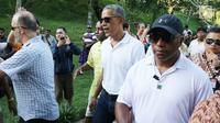 Mantan Presiden AS, Barack Obama saat mengunjungi Pura Tirta Empul, Tampaksiring, Gianyar, Bali, Selasa (27/6). Kunjungan Obama tersebut mendapat sambutan antusias dari pengunjung yang memadati pura. (Liputan6.com/Immanuel Antonius)