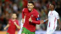 Cristiano Ronaldo. Striker Timnas Portugal berusia 36 tahun ini telah membuat 10 hattrick dari total 115 gol dalam 182 laga internasional. Teranyar ia mencetak 3 gol ke gawang Luksemburg pada laga Kualifikasi Piala Dunia 2022, 12 Oktober 2021 yang berkesudahan 5-0. (AP/Joao Matos)