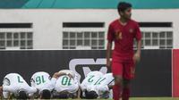 Para pemain Arab Saudi merayakan gol ke gawang Timnas Indonesia pada laga persahabatan di Stadion Wibawa Mukti, Jawa Barat, Rabu (10/10/2018). Indonesia kalah 1-2 dari Arab Saudi. (Bola.com/Vitalis Yogi Trisna)