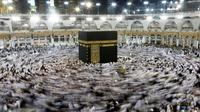 Ribuan jemaah muslim saat mengumandangkan doa sambil mengelilingi Kakbah selama bulan suci Ramadan di Masjidil Haram, Mekah, Arab Saudi, Rabu (8/6). (REUTERS/Faisal Al Nasser)
