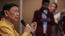 Ketua Dewan Pembina Partai Hanura Wiranto memberikan penjelasan saat menggelar preskon terkait kisruh Partai Hanura di Jakarta, Rabu (18/12/2019). Dalam penjelasannya, Wiranto menyatakan mundur dari Pembina Partai Hanura demi menghindari konflik dengan pengurus Partai. (Liputan6.com/Faizal Fanani)
