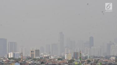 Pemandangan gedung-gedung pencakar langit dan permukiman warga saat tertutup polusi udara di Jakarta, Minggu (8/9/2019). Provinsi DKI Jakarta meraih peringkat ketiga dari 89 kota besar di dunia sebagai kota berkualitas udara terburuk berdasarkan parameter AirVisual. (merdeka.com/Iqbal S. Nugroho)