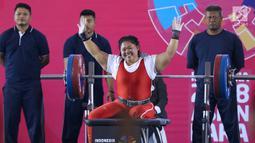 Atlet Para Powerlifting Indonesia, Siti Mahmudah bersorak usai mengangkat beban di kelas Womens Up 79kg Asian Para Games 2018 di Jakarta, Rabu (10/10). Siti Mahmudah meraih perak dengan total angkatan 120 kg. (Liputan6.com/Helmi Fithriansyah)