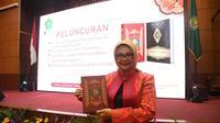 Kepala Litbang Sumsel Ekowati Retnaningsih menunjukkan Alquran terjemahan Bahasa Palembang usai peluncuran di Gedung Kemenag Jakarta (Dok. Humas Pemprov Sumsel / Nefri Inge)