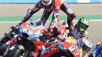 Pembalap Ducati, Jorge Lorenzo, terjatuh di MotoGP Aragon (JOSE JORDAN / AFP)