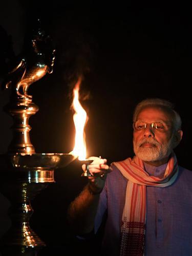 FOTO: Berjuang Lawan Corona, Warga India Nyalakan Lilin hingga Obor