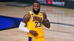 Pebasket Los Angeles Lakers, LeBron James, saat melawan Miami Heat pada gim pertama final NBA di Lake Buena Vista, Kamis (1/10/2020). Lakers menang dengan skor 116-98. (AP Photo/Mark J. Terrill)