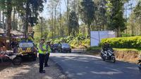 Arus kendaraan pada hari kedua Lebaran 2019 di ruas jalur wisata Ciwidey, Kabupaten Bandung, Jawa Barat, terpantau ramai lancar. (Huyogo Simbolon)