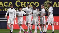 Karim Benzema dari Real Madrid, kiri ketiga, merayakan bersama rekan satu timnya setelah mencetak gol pembuka dalam pertandingan sepak bola La Liga Spanyol antara Cadiz dan Real Madrid di stadion Ramon Carranza di Cadiz, Spanyol, Rabu, 21 April 2021. (AP