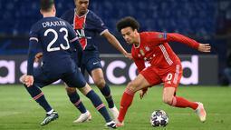 Gelandang Bayern Munchen, Leroy Sane berusaha melewati dua pemain PSG, Julian Draxler dan Abdou Diallo pada pertandingan leg kedua perempat final Liga Champions di Parc des Princes stadium, Paris, Selasa (14/4/2021). PSG menang agregat atas Munchen 3-3. (AFP/Franck Fife)