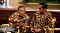 Menko Perekonomian Darmin Nasution (kiri), berbincang dengan Presiden Joko Widodo  dalam peresmian Pencanangan Sensus Ekonomi (SE) 2016 dan pembukaan rapat koordinasi teknis SE 2016 di Istana Negara, Jakarta, Selasa (26/4). (Liputan6.com/Faizal Fanani)