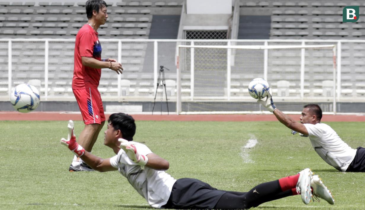 Kiper Timnas Indonesia, Muhammad Riyandi dan Andritany Ardhiyasa saat sesi latihan di Stadion Madya, Jakarta, Selasa, (18/2/2020). Untuk meningkatkan performa kiper, Shin Tae-yong menambah porsi waktu latihan. (Bola.com/M Iqbal Ichsan)
