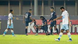 Pemain Arema FC, Carlos Fortes (tengah) melakukan selebrasi usai mencetak gol pertama timnya ke gawang Persela Lamongan dalam laga pekan ke-6 BRI Liga 1 2021/2022 di Stadion Madya, Jakarta, Minggu (3/9/2021). (Bola.com/M Iqbal Ichsan)